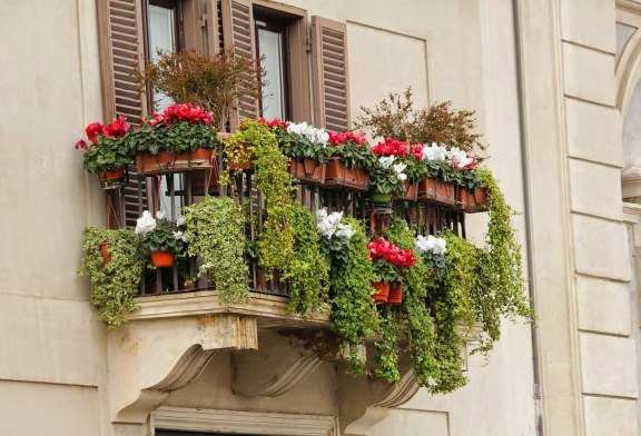 Materiały do osłaniania balkonu